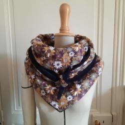 Grand foulard à fleurs